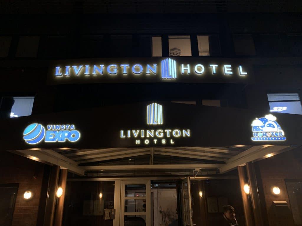 Skyltar till entré Livington Hotel