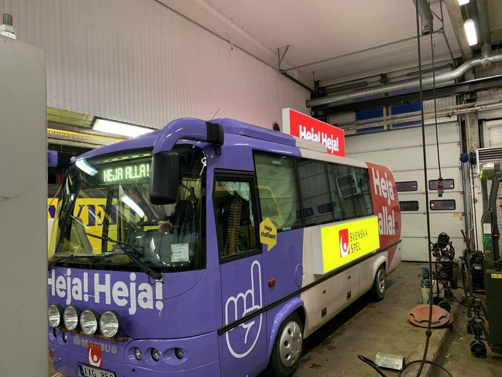 Skyltar till svenskaspel buss